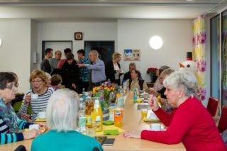 Familienleben in der WG: Nach dem Gottesdienst haben wir mit Angehörigen und Nachbarn noch ein bisschen zusammengesessen. (Foto: SMMP/Beer)